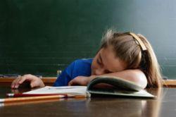 Dormir con el móvil cerca es perjudicial para la salud emocional y física de los jóvenes
