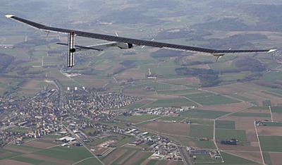 un avión solar que puede volar de noche